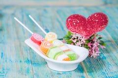 Sucrerie douce de nourriture avec amour rouge de coeur Photographie stock