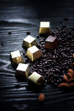 Sucrerie en aluminium, amandes et graines de tournesol d'or en chocolat se trouvant sur un fond foncé studio photos libres de droits