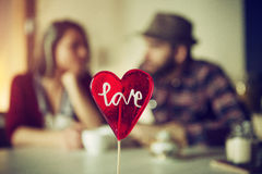 Sucrerie en forme de coeur avec des couples à un arrière-plan Image libre de droits