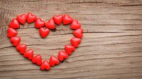 Sucrerie en forme de coeur dans la forme du coeur sur le fond en bois Image libre de droits
