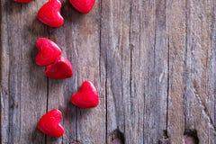 Sucrerie en forme de coeur sur la surface en bois Images stock