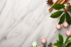 Sucrerie et épices de menthe poivrée sur le fond de marbre Photos libres de droits