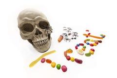 Sucrerie et insectes de des bonbons ou un sort avec le crâne sur le blanc photos stock