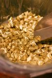 Sucrerie jaune savoureuse douce avec les rayures noires photographie stock libre de droits