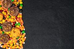 Sucrerie orientée et festins de Halloween - bonbons au maïs et petits gâteaux images libres de droits