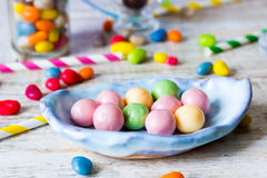Sucrerie-perle dans un plat en céramique Image libre de droits