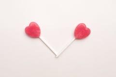Sucrerie rose de lucette de forme de coeur de jour du ` s de deux Valentine sur le fond vide de livre blanc concept minimal d'amo Photographie stock