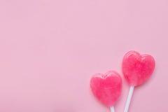 Sucrerie rose de lucette de forme de coeur de jour du ` s de deux Valentine sur le fond vide de papier de rose en pastel Concept  Images stock