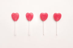 Sucrerie rose de lucette de forme de coeur de jour du ` s de quatre Valentine sur le fond vide de livre blanc concept minimal d'a Photographie stock