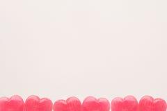 Sucrerie rose de lucette de forme de coeur de jour du ` s de Valentine sur le fond vide de livre blanc Concept d'amour Vue supéri Photos libres de droits