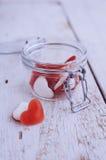 Sucrerie rouge de forme de coeur dans un pot en verre Images libres de droits