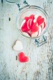 Sucrerie rouge de forme de coeur dans un pot en verre Photos libres de droits