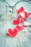 Sucrerie rouge de forme de coeur dans un pot en verre Photo stock