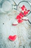 Sucrerie rouge de forme de coeur dans un pot en verre Image stock