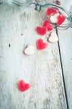 Sucrerie rouge de forme de coeur dans un pot en verre Photographie stock libre de droits