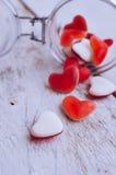 Sucrerie rouge de forme de coeur dans un pot en verre Image libre de droits