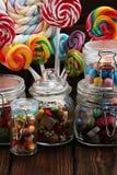 Sucreries avec la gelée et le sucre choix coloré de différents bonbons et festins à childs photo libre de droits