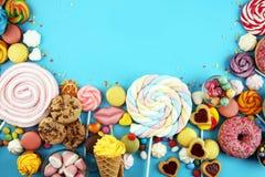 Sucreries avec la gelée et le sucre choix coloré de différents bonbons et festins à childs sur le bleu image stock