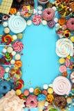 Sucreries avec la gelée et le sucre choix coloré de différents bonbons et festins à childs sur le bleu photo libre de droits