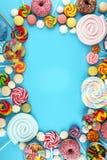 Sucreries avec la gelée et le sucre choix coloré de différents bonbons et festins à childs sur le bleu images stock