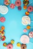 Sucreries avec la gelée et le sucre choix coloré de différents bonbons et festins à childs sur le bleu image libre de droits