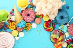 Sucreries avec la gelée et le sucre choix coloré de différents bonbons et festins à childs sur le bleu photo stock