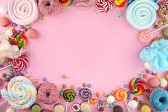 Sucreries avec la gelée et le sucre choix coloré de différents bonbons et festins à childs sur le rose photo stock