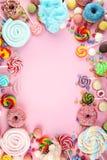 Sucreries avec la gelée et le sucre choix coloré de différents bonbons et festins à childs sur le rose photos stock