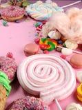 Sucreries avec la gelée et le sucre choix coloré de différents bonbons et festins à childs sur le rose photographie stock libre de droits