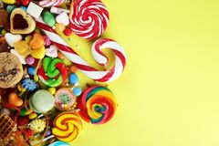 Sucreries avec la gelée et le sucre choix coloré de différents childs image stock