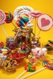 Sucreries avec la gel?e et le sucre choix color? de diff?rents bonbons et festins ? childs images libres de droits