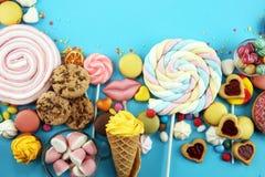Sucreries avec la gel?e et le sucre choix color? de diff?rents bonbons et festins ? childs sur le bleu photo libre de droits