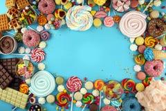 Sucreries avec la gel?e et le sucre choix color? de diff?rents bonbons et festins ? childs sur le bleu images stock