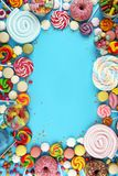 Sucreries avec la gel?e et le sucre choix color? de diff?rents bonbons et festins ? childs sur le bleu photos libres de droits