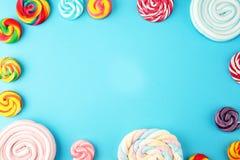 Sucreries avec la gel?e et le sucre choix color? de diff?rents bonbons et festins ? childs sur le bleu image stock