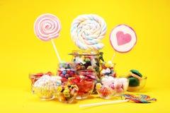 Sucreries avec la gel?e et le sucre choix color? de diff?rents bonbons et festins ? childs photographie stock libre de droits