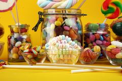 Sucreries avec la gel?e et le sucre choix color? de diff?rents bonbons et festins ? childs photo libre de droits