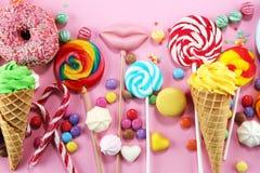 Sucreries avec la gel?e et le sucre choix color? de diff?rents bonbons et festins ? childs sur le rose photo libre de droits