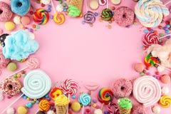 Sucreries avec la gel?e et le sucre choix color? de diff?rents bonbons et festins ? childs sur le rose images libres de droits