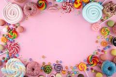 Sucreries avec la gel?e et le sucre choix color? de diff?rents bonbons et festins ? childs sur le rose image libre de droits