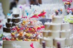 Sucreries colorées à la réception de mariage ou à la partie d'événement Photo libre de droits