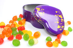 Sucreries colorées dans la boîte de forme de coeur Images libres de droits