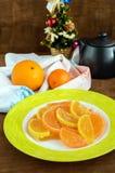 Sucreries colorées de gelée de bonbons de fête sous forme de tranches d'agrume, couvertes du sucre Photo libre de droits