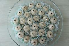 Sucreries délicieuses de noix de coco avec le clou de girofle sur le dessus, appelé Beijinho ou Branquinho Photo stock