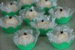 Sucreries délicieuses de noix de coco avec le clou de girofle sur le dessus, appelé Beijinho ou Branquinho Photo libre de droits