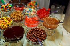 Sucreries dans des pots en verre dans la boutique de sucrerie Image libre de droits