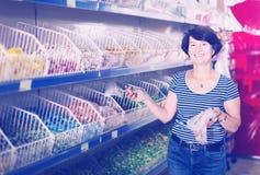 Sucreries de achat de femme agée Images stock