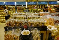 Sucreries de achat de personnes au supermarché photo libre de droits