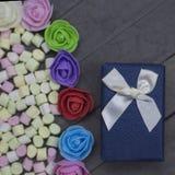 Sucreries de boîte-cadeau et de guimauve avec des roses Photos libres de droits