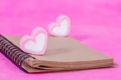 Sucreries de coeur avec la note de livre, papier de message Image stock